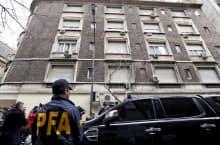 23日、フェルナンデス前大統領の自宅前には多くの警察官や報道関係者が集まった(ブエノスアイレス)=ロイター