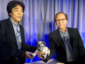 aiboの米国での販売を発表したソニー・エレクトロニクスのファスロ社長(右)