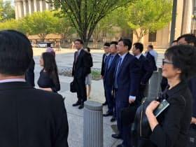 貿易問題を巡る事務レベル協議に臨む中国の代表団=ロイター