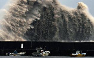 台風20号の影響で高知県安芸市の漁港に打ち寄せる高波(23日午後6時、高知県安芸市)=共同