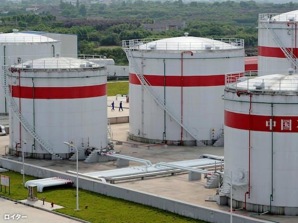 中国では石油精製の能力増強が進む(安徽省合肥市の石油タンク)=ロイター