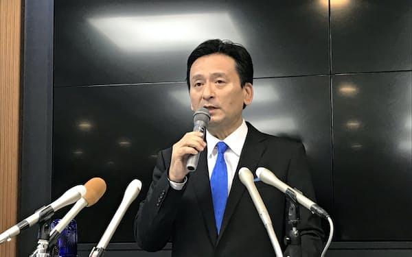 記者会見する佐賀県の山口祥義知事(24日、佐賀県庁)