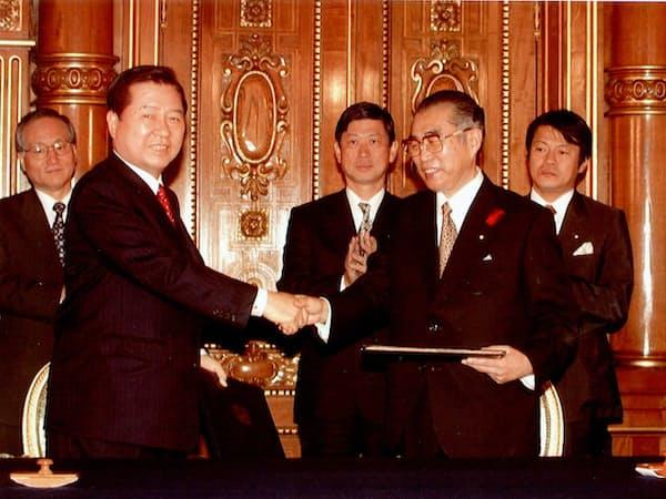 日韓共同宣言を交換する小渕首相と金大中・韓国大統領(1998年10月08日、東京・元赤坂の迎賓館)