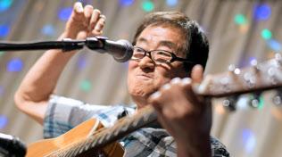 ライブで熱演する森進一郎さん(大分市)=浦田晃之介撮影