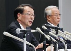 記者会見するふくおかFGの柴戸隆成社長(左)と十八銀行の森拓二郎頭取(24日午後、福岡市)