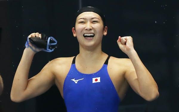 競泳女子50メートル自由形で優勝し喜ぶ池江=石井理恵撮影