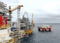 エクイノールが操業する北海油田の設備(22日、ノルウェー沖)=ロイター