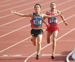 男子マラソンで優勝した井上(左)=石井理恵撮影