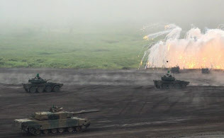陸自の富士総合火力演習は離島奪還を想定した訓練を実施した(静岡県の東富士演習場)