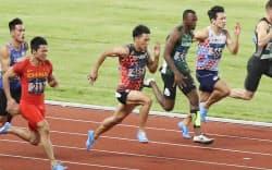 陸上男子100メートル決勝で10秒00のタイムで銅メダルを獲得した山県(左から3人目)。左手前は9秒92で優勝した中国の蘇炳添(26日、ジャカルタ)=石井理恵撮影
