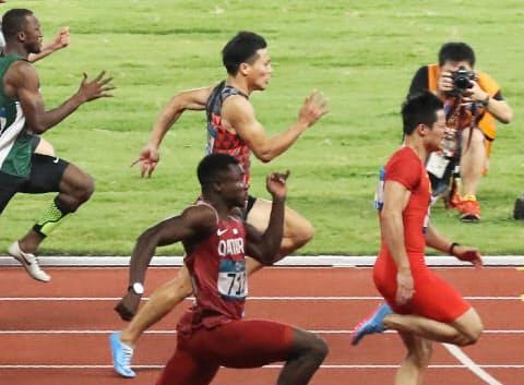 男子100メートル決勝で力走する山県(中央奥)。右端は優勝した中国の蘇炳添=石井理恵撮影