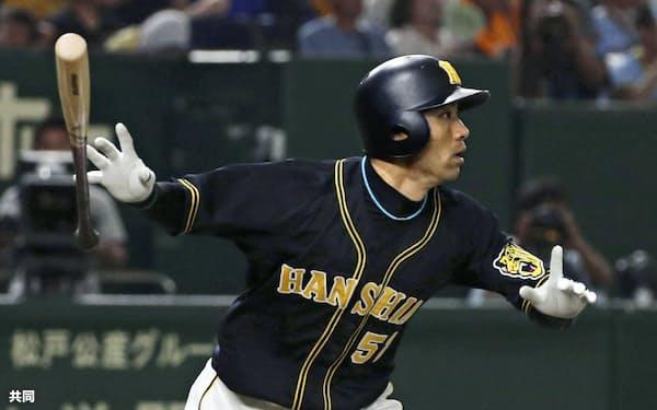 26日の巨人戦で、代打伊藤隼が八回に逆転の2点三塁打を放った=共同