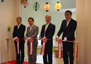 託児施設の開所式に臨むオリンパスの笹社長=右から2人目(27日、福島県西郷村)