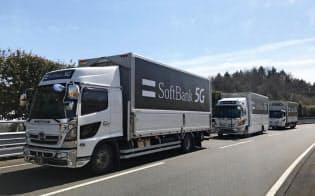 ソフトバンクは走行中のトラック間で映像伝達実験に成功した(3月、茨城県城里町の日本自動車研究所テストコース)