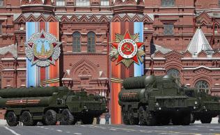 プーチン政権は最新兵器を外交面でフル活用している(2017年5月、モスクワ市内を行進するS400ミサイルシステムの車両)=ロイター