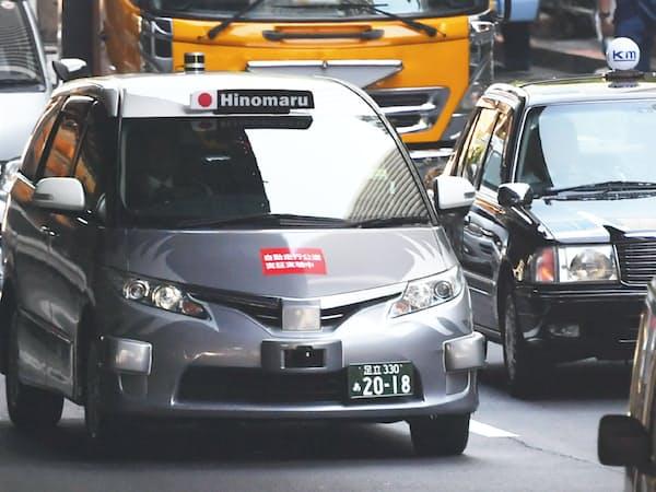 実証実験で公道を走行する自動運転タクシー(27日午前、東京都港区)