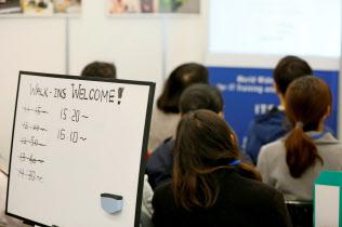企業の外国人留学生の採用意欲は高いが、語学能力などで採用を見送る場合もある(ディスコが留学生向けに開いた説明会)