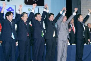 他の候補者と手を取り合う安倍氏(右から3人目)=2012年9月26日、自民党本部