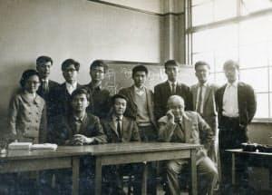 自由な学風の京大で学んだ(五百旗頭氏は後列中央、猪木先生は前列右端)