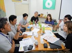 大口酒造の社員(左側)と議論するプロジェクトメンバー