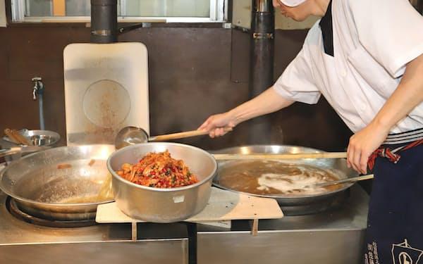 一番人気のいかあられは、のしいかと3色の甘納豆を甘く炊き上げる