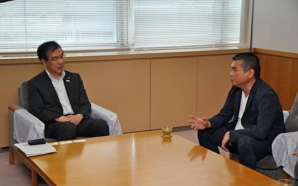 寄付をした沖潮社長(右)と懇談する足立正則飯山市長(27日、飯山市)