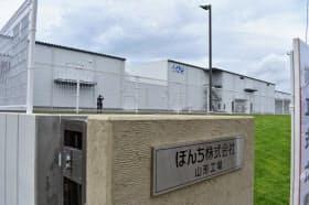 米菓の生地を生産するぼんち山形工場(山形県寒河江市)
