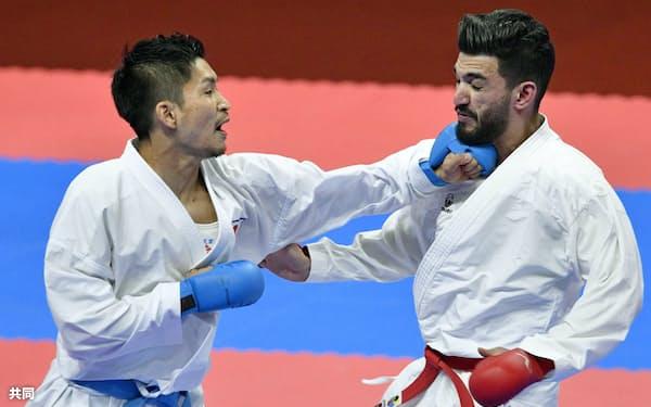 男子組手84キロ級決勝 クウェート選手(右)を破って金メダルを獲得した荒賀龍太郎(27日、ジャカルタ)=共同