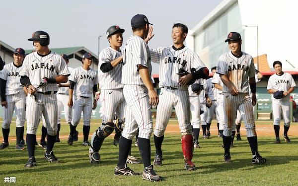 中国にコールド勝ちした、喜ぶ日本ナイン(27日、ジャカルタ)=共同