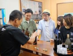 工場見学の際、焼酎の特徴について説明を受ける