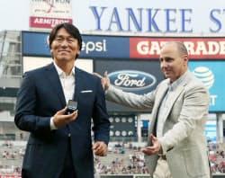 日本での野球殿堂入りを祝う式典に出席した元ヤンキースの松井秀喜氏。右はキャッシュマンGM(27日、ニューヨーク)=共同