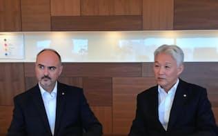 花王の沢田社長(右)はESG専門部署のトップに米国人幹部のデイブ・マンツ氏を起用した