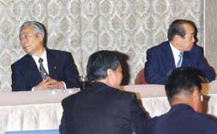 総裁選を控え橋本派の臨時総会に出席した青木参院幹事長(左)と野中元幹事長(右)(2003年9月2日、都内のホテル)