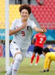 日本―韓国 前半、先制ゴールを決め喜ぶ菅沢(28日、パレンバン)=共同