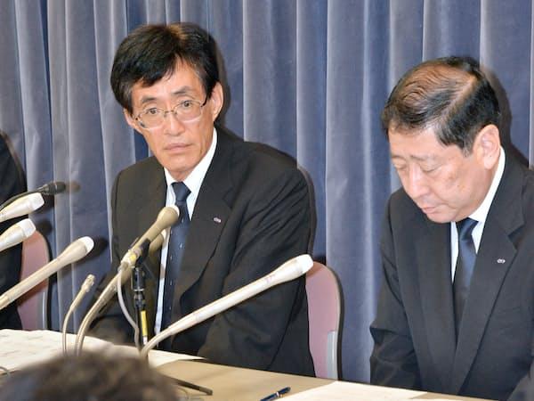 事業改善命令を受けて記者会見する日本貨物航空の大鹿仁史社長(左)(国交省)
