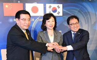 各国で周波数を巡る調整が進む(5月、都内で開いた日中韓閣僚会合で協力を確認)