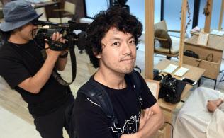 ネット配信番組の監督をする竹内亮さん。映像の力で偏見のない世界をめざすという(千葉県柏市)=佐藤圭一郎撮影