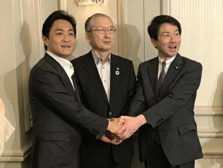 2018年5月、連合の神津会長(写真(中))と握手する国民民主党の大塚共同代表(写真(右))と玉木共同代表(写真(左))