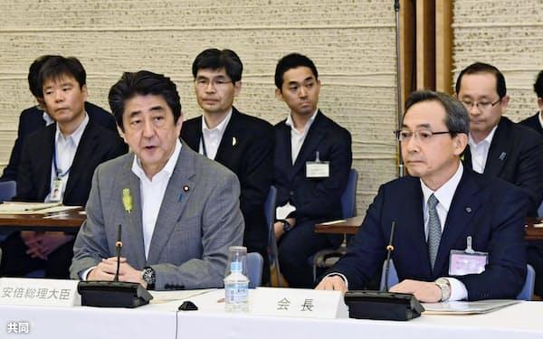 地方制度調査会の会合であいさつする安倍首相(左)(7月5日、首相官邸)