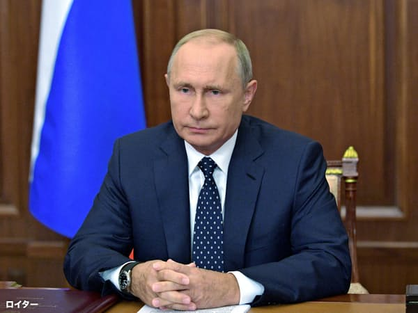 29日、国営テレビを通じ年金改革案の修正を表明するロシアのプーチン大統領=ロイター
