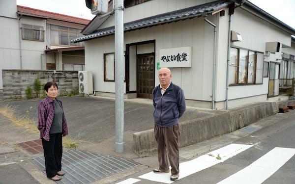 食堂兼住居の公費解体を申し込んだが、気持ちが揺らぐ鈴木宏孝さん、キミ子さん夫妻(6月、福島県浪江町)