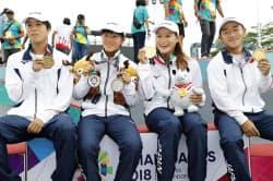 ジャカルタ・アジア大会のスケートボードでメダルを獲得し記念撮影する(左から)男子ストリートで金の池、女子パークとストリートで銀の伊佐、女子パークで金の四十住、男子パークで金の笹岡(29日、パレンバン)=共同