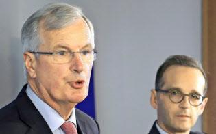 記者会見するEUのバルニエ首席交渉官(左)(29日、ベルリン)=AP