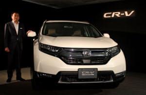 新型CR―Vを発表する寺谷日本本部長(22日、東京都港区)