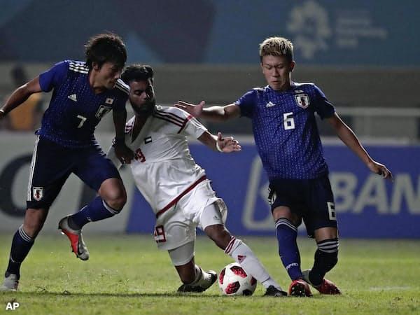 準決勝のUAE戦で競り合う原(左)と初瀬(右)。若き日本代表はアジアでの過酷な戦いを経て貴重な経験をした=AP