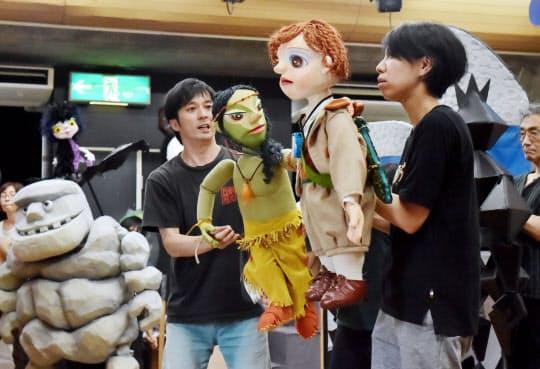 「はてしない物語」の稽古をする人形劇団クラルテのメンバー(大阪市住之江区)