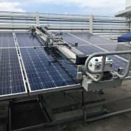 量産する太陽光パネル向けの大型清掃ロボ(30日、高松市)