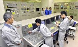 もんじゅで使用済み核燃料の取り出し作業を開始する操作員ら(30日午前)=共同