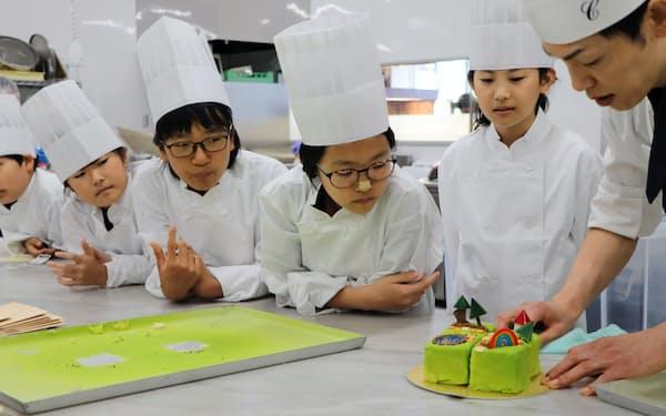 グルーヴノーツは、子供らがケーキの企画をするための講座を開いた(福岡市博多区)