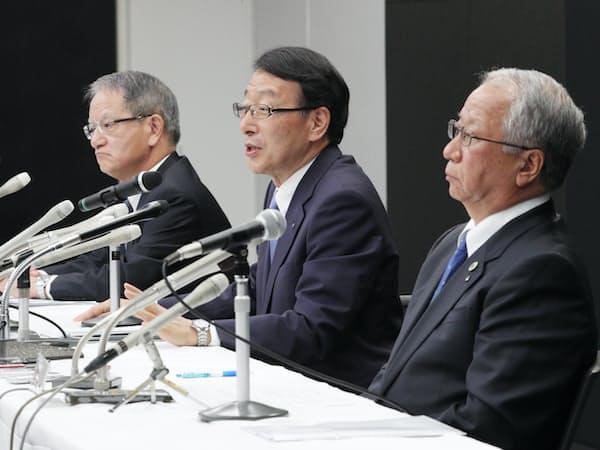 記者会見する(右から)十八銀行の森頭取、ふくおかFGの柴戸社長、親和銀行の吉沢頭取(2017年7月、福岡市中央区)